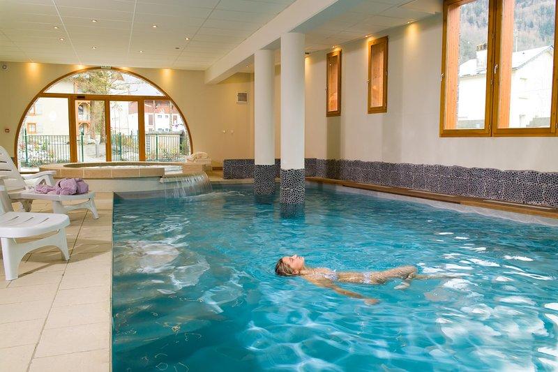 Sumérgete en la encantadora piscina cubierta después de un gran día afuera.