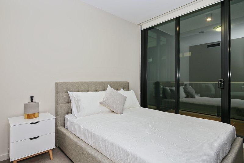 Un dormitorio con cama de matrimonio y almohadas mullidas.