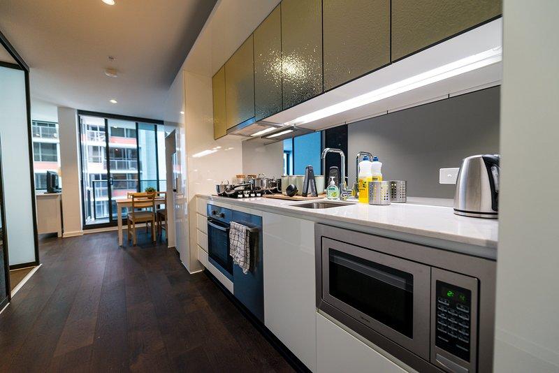 Una cocina totalmente cubierta y equipada.