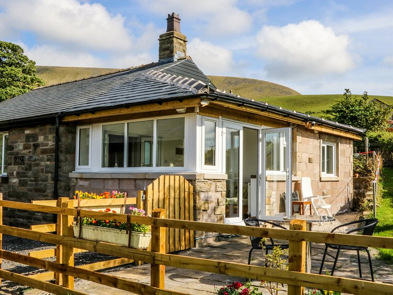 PENDLESIDE, beams, woodburner and views of Pendle Hill, near Downham, casa vacanza a Whalley