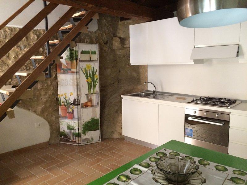 A cozinha de entrada com a escada