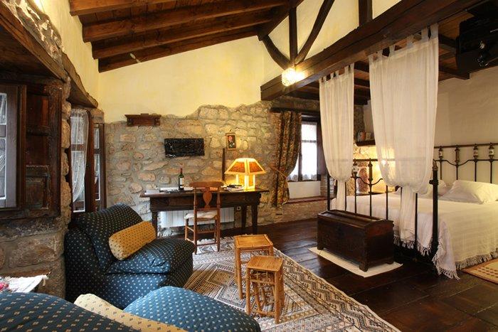 Habitacion doble, nº 2 en Hotel Casona D'Alevia, holiday rental in Ojedo