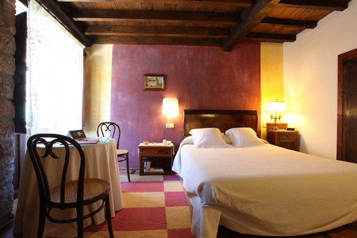 Habitacion doble, nº 5 en Hotel Casona D'Alevia, holiday rental in Ojedo