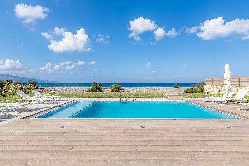 Beach front villa★BBQ area ★ Private pool★ Walking distance to market & Taverna, alquiler vacacional en Tavronitis