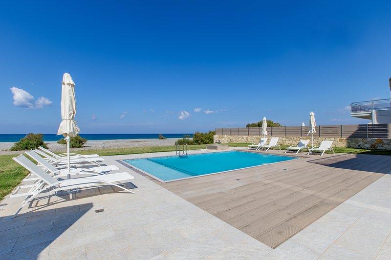Beach front villa★Walk to Market & Restaurant★BBQ★16 sleeps★private pool, location de vacances à Tavronitis