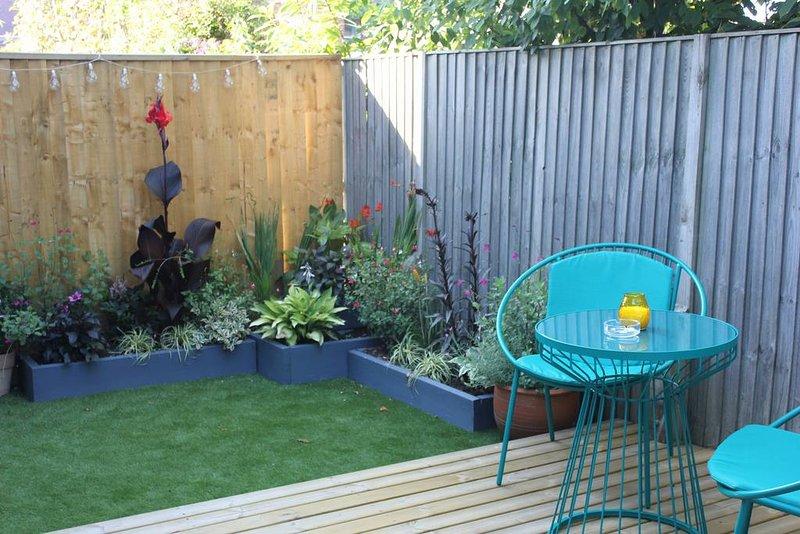 Enclosed Garden. No smoking allowed in Flat but can smoke in garden.