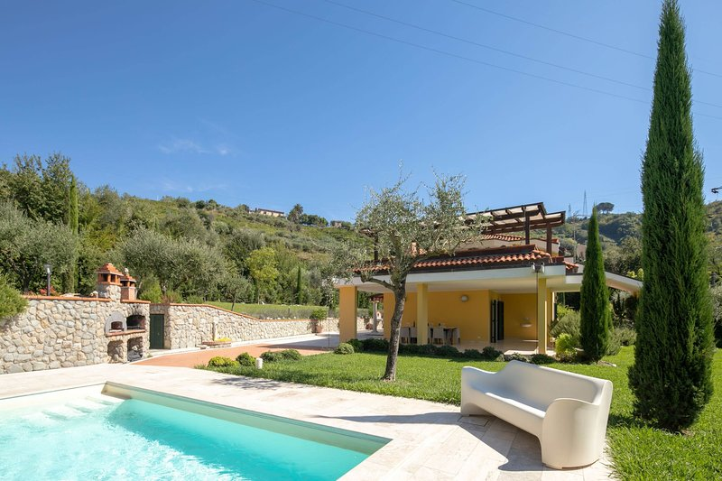 Avenza Villa Sleeps 10 with Pool Air Con and WiFi - 5702381, holiday rental in Avenza