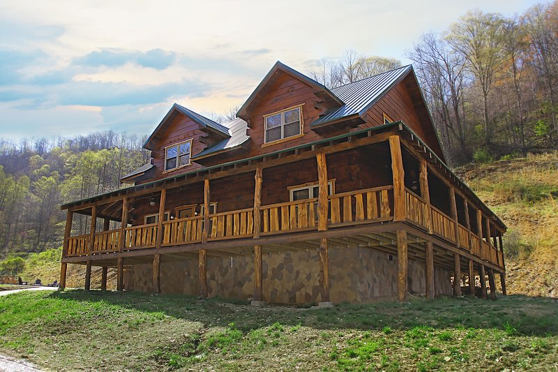 Deluxe 4 Bedroom 4-1/2 Bath Log Cabin With Theater Room, vacation rental in Chapmanville