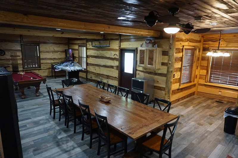 6 Bedroom Master Deluxe  5-1/2 Bath Log Cabin With Theater Room, holiday rental in Chapmanville