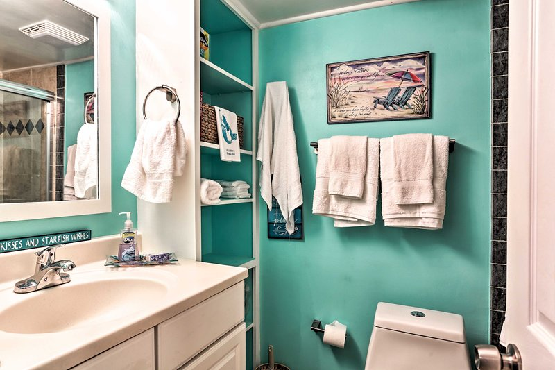 Wash away the salt and sand from your hair in this full bathroom.