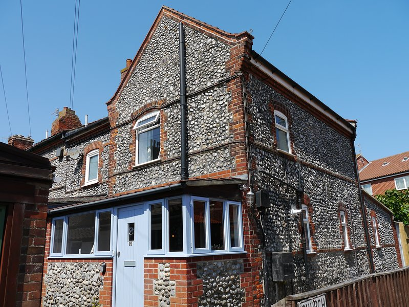 Cromer Flint Cottage, minutes from seafront and town centre, dog friendly, wifi, holiday rental in Cromer