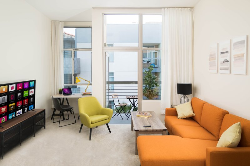 Deluxe 2bed/2bath Top Floor Hollywood Apartment, alquiler de vacaciones en West Hollywood