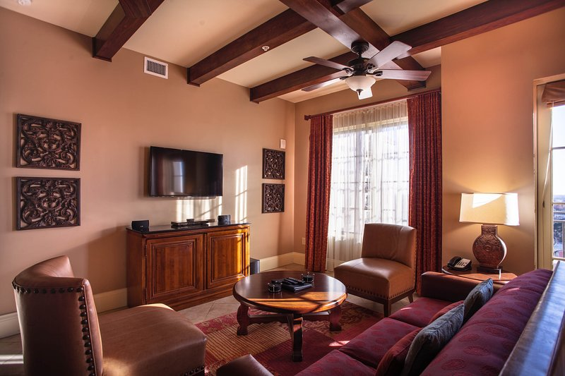 10 minute walk to River Walk stay in our 2 bedroom with rooftop pool and hot tub, vacation rental in San Antonio