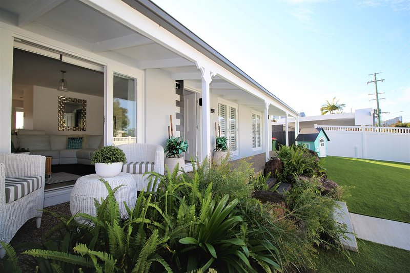 Stunning Gold Coast Accommodation, vacation rental in Burleigh Waters