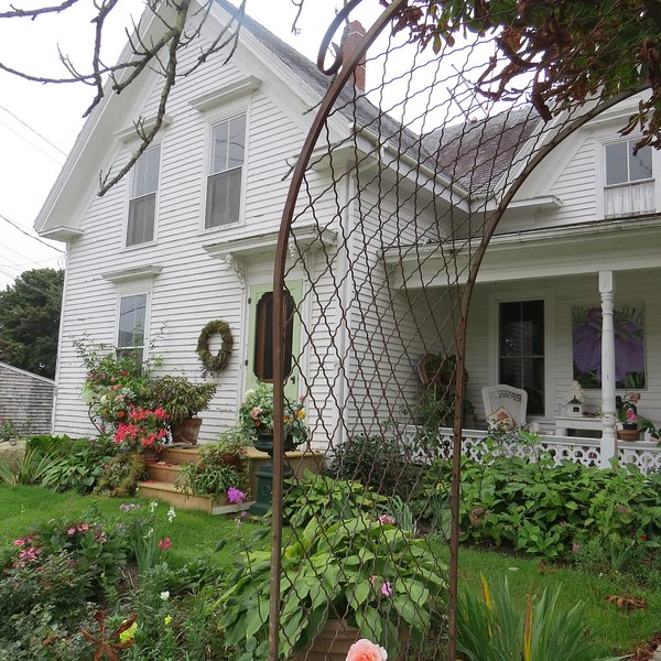 Gorgeous! The Historical Rose Ell at Rose Cottage. a circa 1844 Victorian., holiday rental in North Haven