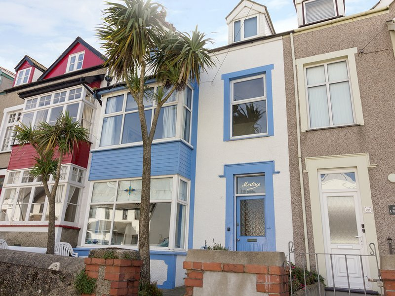 BEACHGETAWAY, pet-friendly, luxury holiday cottage, with a hot tub in, vacation rental in Rhosneigr