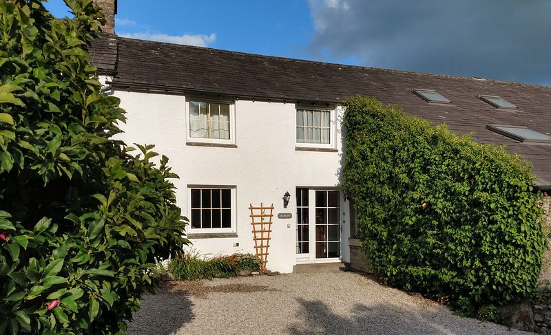 Drumlins Cottage - One-bedroom holiday cottage with double sofa-bed on the outsk, holiday rental in Hincaster