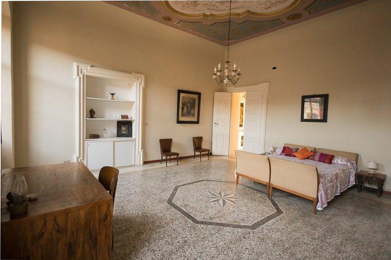 El dormitorio principal con baño privado.