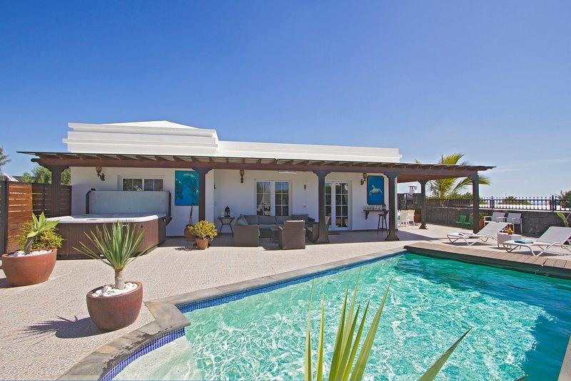 Villa Ocean View in Puerto Del Carmen with Hot Tub, holiday rental in Puerto Del Carmen