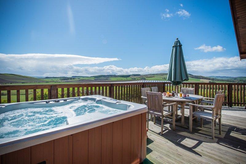 Barn Lodge with Hot Tub near Cupar, Fife, casa vacanza a Luthrie