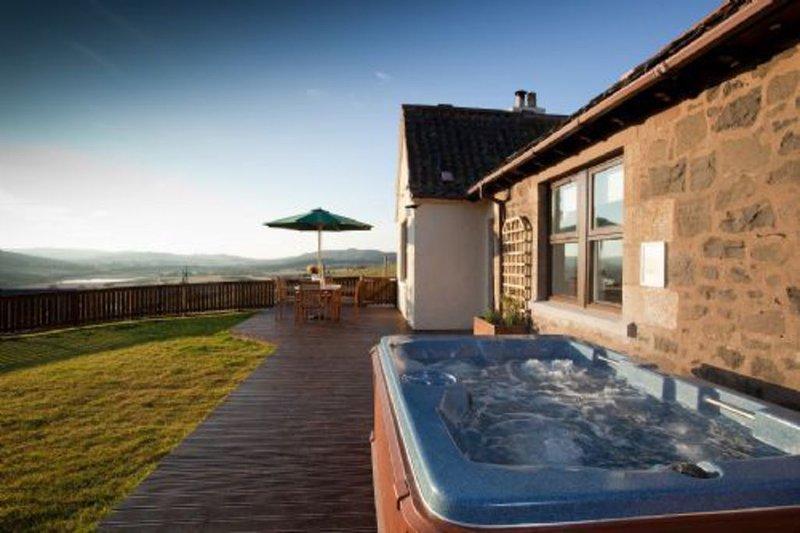 Rowan Tree Cottage with Hot Tub near Cupar, Fife, casa vacanza a Luthrie