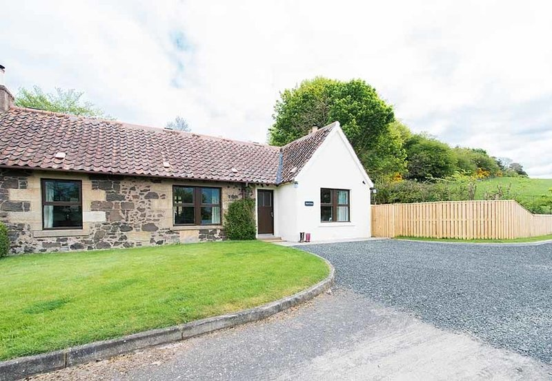 Maple Cottage with Hot Tub near Cupar, Fife, casa vacanza a Luthrie