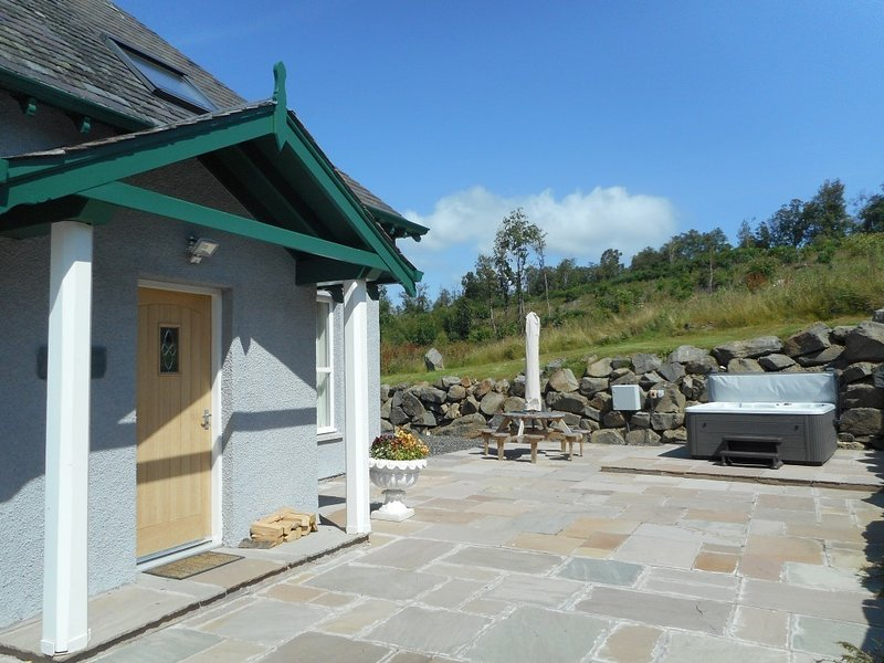 Rose Cottage with Hot Tub near Glenshee,Perthshire, vacation rental in Bridge of Cally