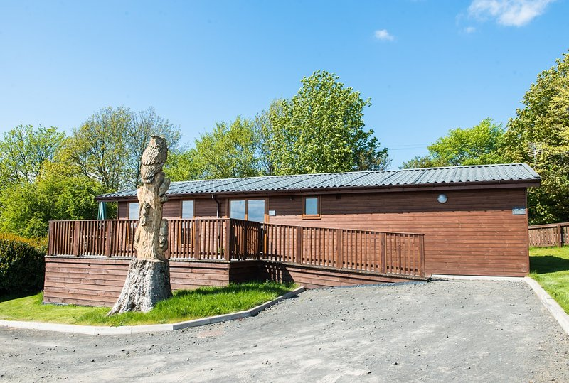 Tawny Lodge with Hot Tub near Cupar, Fife, holiday rental in Ladybank