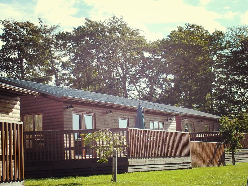 Mountain Ash Lodge with Hot Tub near Cupar, Fife, casa vacanza a Luthrie