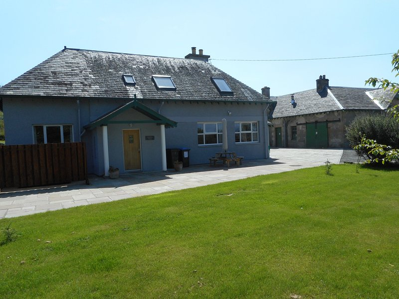 Chauffeur's Cottage with Hot Tub, Glenshee, vacation rental in Bridge of Cally