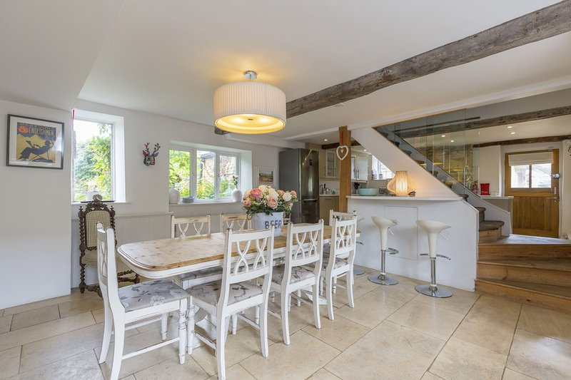 Horseshoe Cottage, Bourton-on-the-Hill, Cotswolds - Sleeps 8, Fireplace, Near Pu, holiday rental in Adlestrop