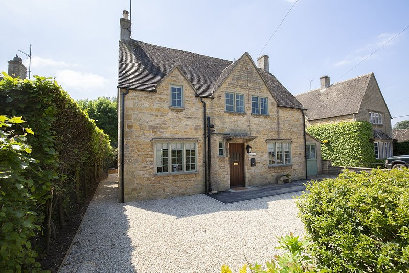 South Winds - A stylish Cotswold stone holiday home with a spacious open-plan li, vacation rental in Wyck Rissington