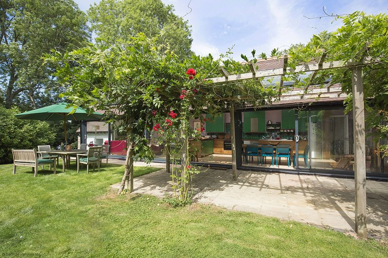 Brock Cottage - A hidden gem with quirky and bright interiors throughout and a s, casa vacanza a Bledington