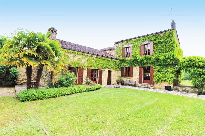 CAUZE: MAGNIFICIENT STONE PROPERTY WITH PRIVATE HEATED POOL & MATURE GARDEN, holiday rental in Saint-Germain de Belves