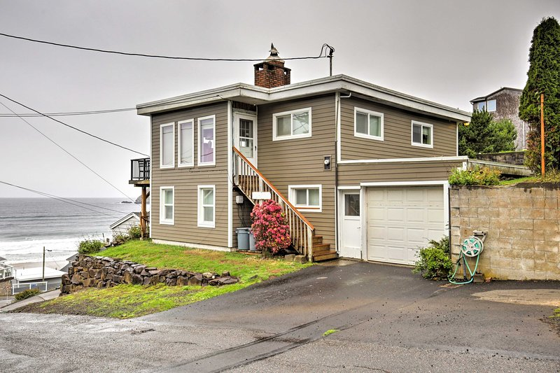 Splendid Oceanside Home w/Ocean View by Beach!, holiday rental in Cape Meares