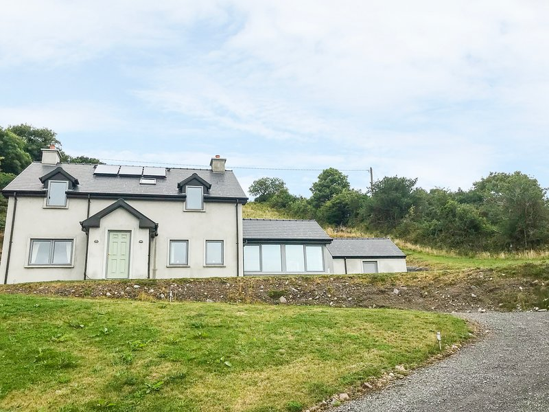 ARDGROOM INWARD, woodburning stove, spectacular views, Ardgroom, ref 960422, holiday rental in Castletownbere