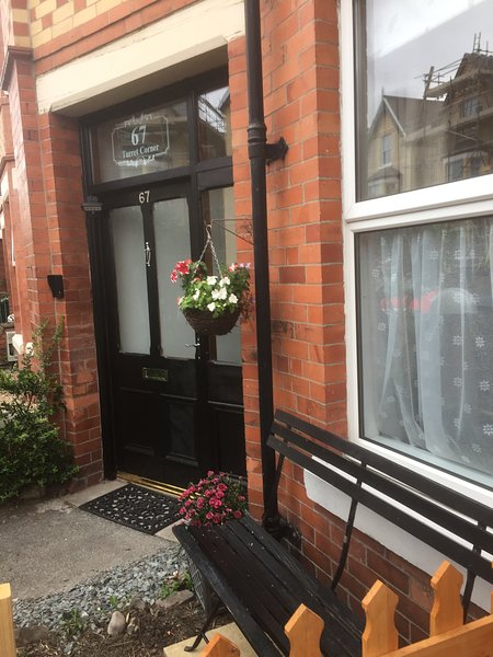 TURRET CORNER, A 4 Bedroom house, close to beach, shops, bars and restaurants, vacation rental in Colwyn Bay