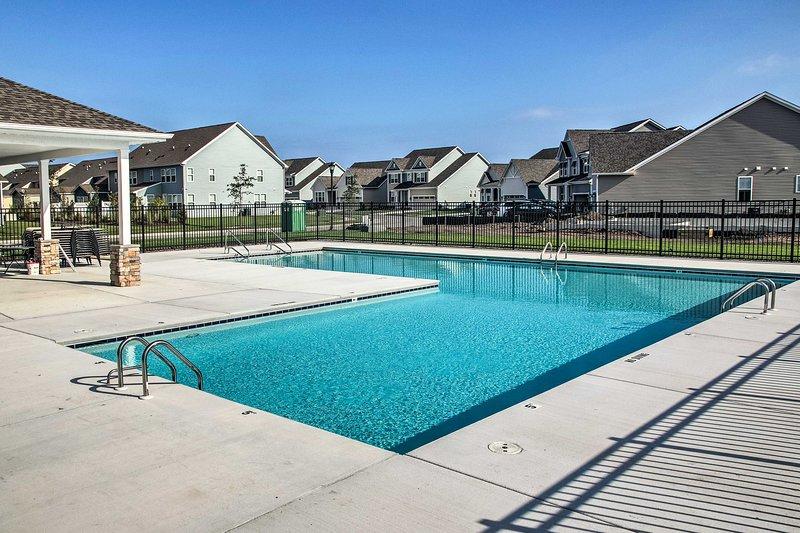 Detta hem erbjuder tillgång till en pool, gym, yogastudio och mycket mer!