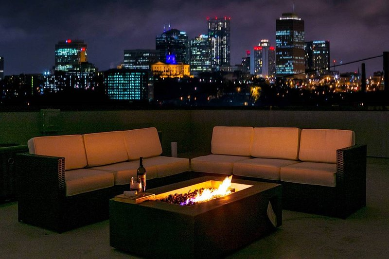 FAME House ★ Downtown ★ Skyline View ★ Rooftop Deck!, holiday rental in Nashville