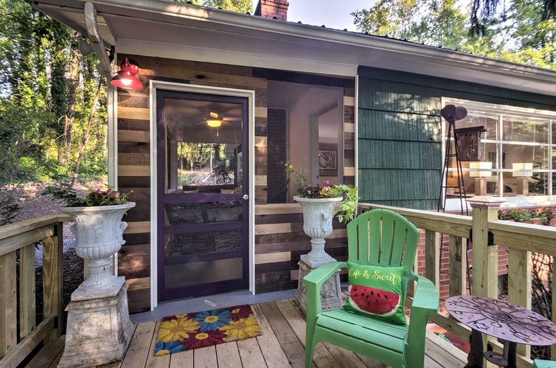 Cette maison de 2 chambres à coucher et 2 salles de bain à Asheville peut accueillir une famille de 6 personnes.