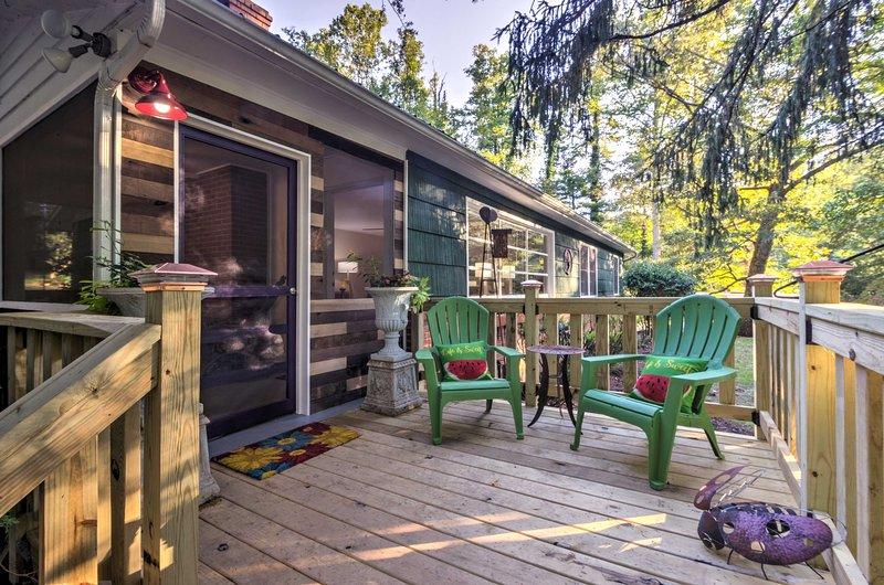 Apportez votre café du matin à l'extérieur pour en profiter sur le porche.