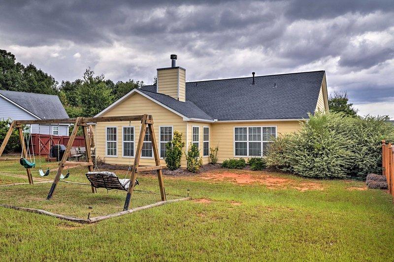Denna semester hyra hem i McDonough har en gunga set och stor bakgård.