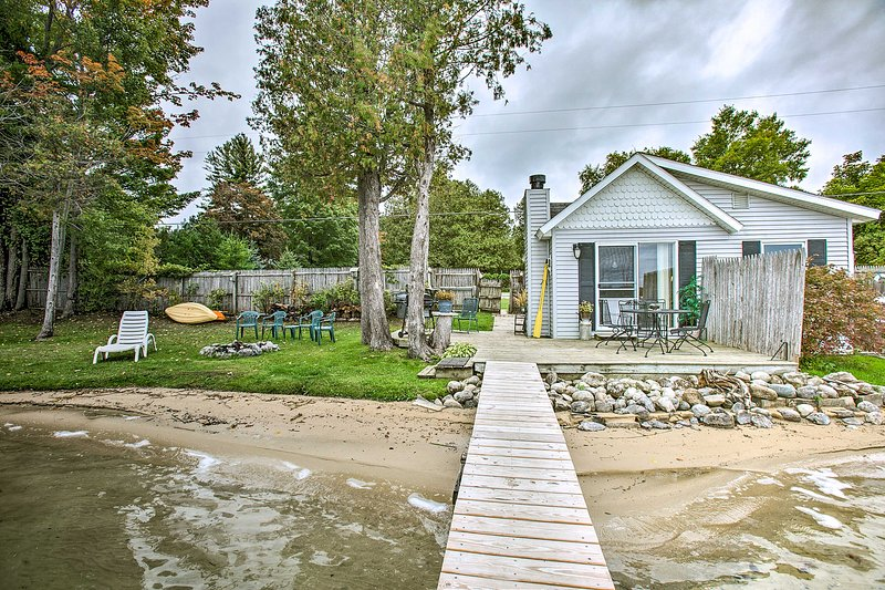 'Currier's Cottage' vanta 100 piedi di lungomare su Little Traverse Lake!
