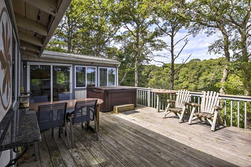 Sguardo dal ponte sul lago di questa casa vacanza a Pocasset con 4 letti, 2 bagni.