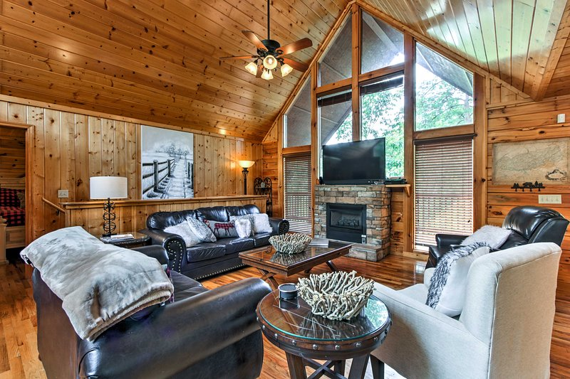 Spacious Cabin w/Private Hot Tub: 1Mi to Dollywood, holiday rental in Sevierville