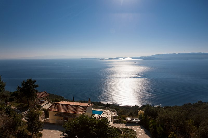 Private Pool Villa With sea Views in Very Quiet Location,Wifi- No Neighbour, casa vacanza a Loutraki