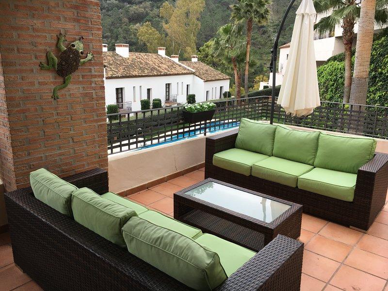 Luxury two-bed apartment in Benahavis village nr Marbella & Puerto Banus, holiday rental in Benahavis