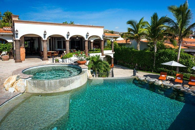 Ontspan aan het zwembad bij Casa Alegria of ontspan in de jacuzzi van de villa.