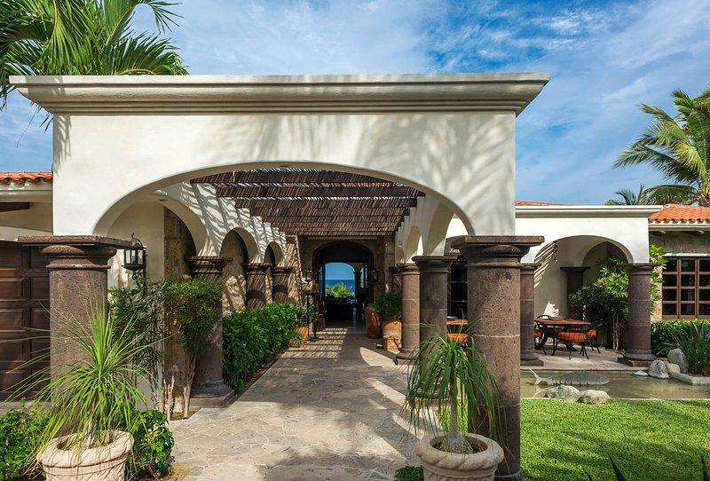 ¡Camina por el pasillo abovedado y prepárate para amar tu estancia en Casa Alegría!