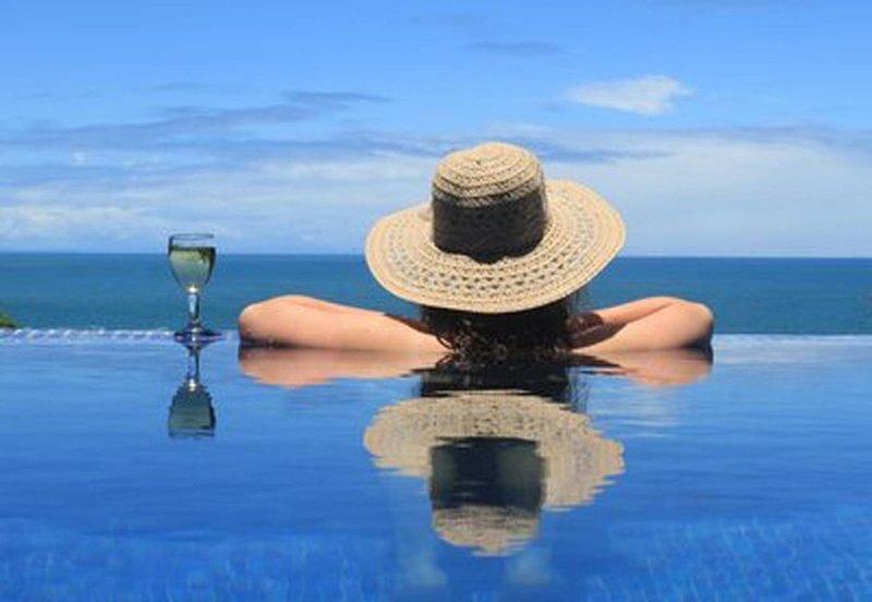 Beachside Paradise - 5 bedroom house sleeps 13, location de vacances à Tola